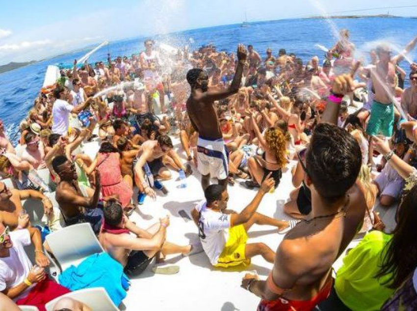 boat-party-champagne-shower-ibiza