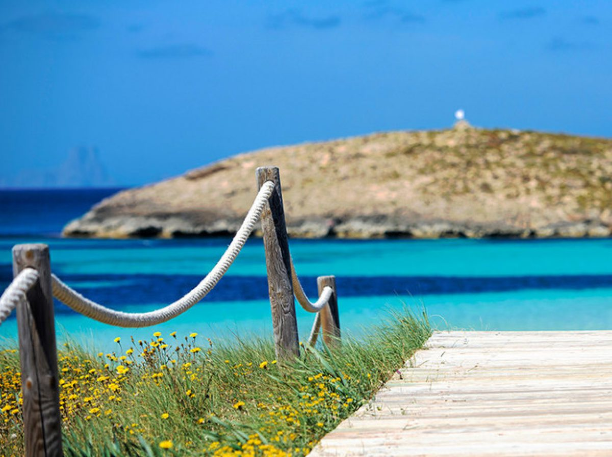FORMENTERA PACKAGE - FERRY + BEACHES BUS TOUR + RESTAURANT - 79€